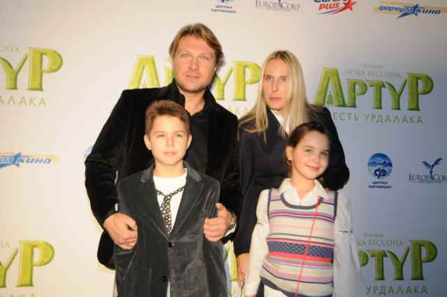 Актер Егор Пазенко с женой и детьми