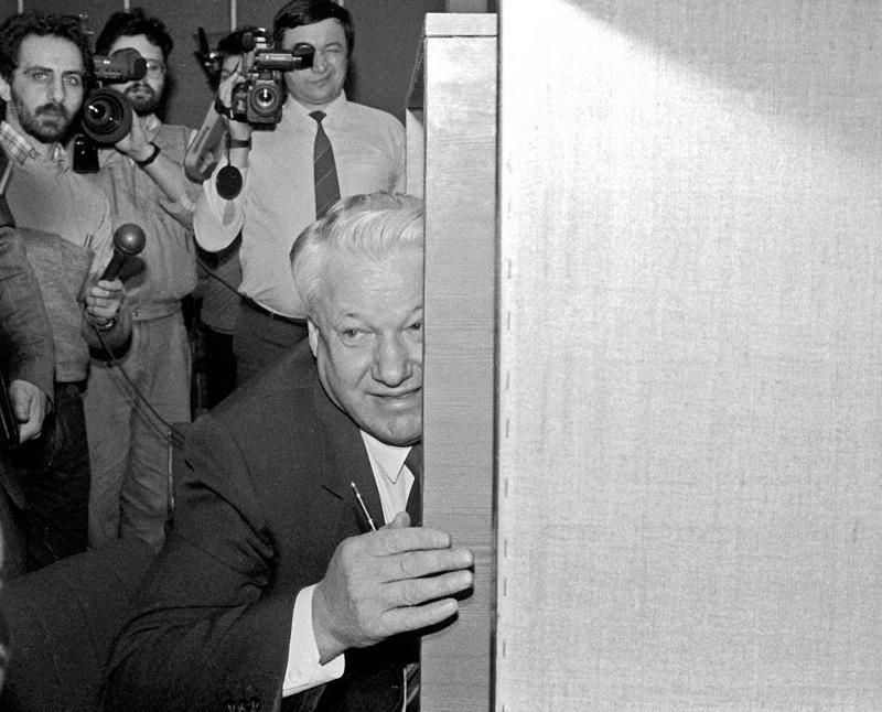 Ельцин только что выступил на последнем, 28-ом съезде КПСС, где резко раскритиковал и саму партию и ее лидера Горбачева