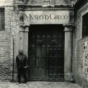 У входа в Museo De Greco. Был стильным всегда.