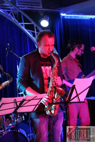 Валентин Дмитриев и коллектив на концерте