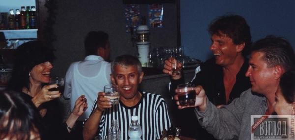 Юрий пил воду когда вокруг все дружно хлестали вино