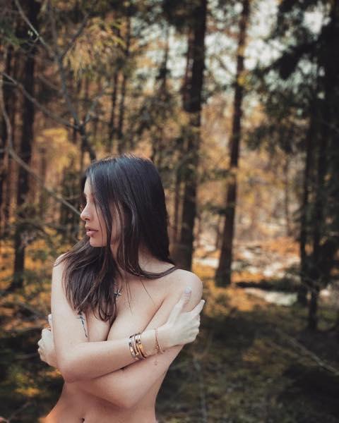 Обнажённая Кети Топурия в лесу